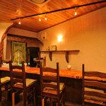 南インド料理 葉菜 - 木を基調とした居心地の良い空間です。