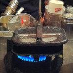 喜柳 - 大将おすすめの『もちもち餃子』っていうのを頂くことに。鉄板じゃなくて、梅ヶ枝餅の焼き器みたいなので焼くのね~♪