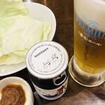 旨唐揚げと居酒メシ ミライザカ - お通しキャベツと生ビールとカップワイン