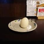 赤坂ふ~ちん - サービスのゆで玉子。杏仁豆腐と持ち帰り可能なコーヒーもセルフでサービス。