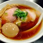 AKEBI - 味玉ちゃーしゅー中華そば 1150円。煮干しが効いていて、固め細麺がよく合う。
