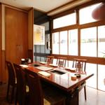 JA全農ミートフーズ直営 焼肉ぴゅあ - 落ち着いた雰囲気で人気のテーブル席!