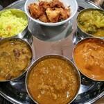 インドレストラン バーワルチー - 上から時計回りに:チキンティッカ・カレー4種・ターメリックライス