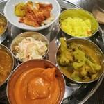 インドレストラン バーワルチー - ㊧バターチキンカレー ㊨ブロッコリーじゃがいもカレー 中央のはマヨ和えキャベツサラダ