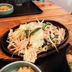 餃子酒家 照井 - 鉄板のっけ盛り野菜炒め