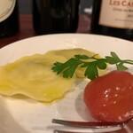 シャンパン&ワインスタンド キャトル - お通しにゴルゴンゾーラのラビオリ