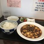 四川麻婆専家 辣辣 - ザーサイとサラダ付き