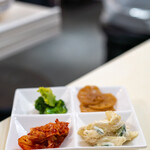 市場タッカルビ - 2020.8 パンチャン(白菜キムチ、マカロニサラダ、蓮根、ブロッコリー)