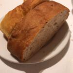 134182466 - 自家製パン、厚切りで。お代わりもいただけるけど、その前に満腹になっていると思います。