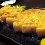 13419516 - 栃尾の油揚げ(名前が違っていたらすみません) 一言で言うと、贅沢な気持ちにさせてくれる油揚げ。軽く炙った香ばしさと、豆腐の食感の残る厚み。それに納豆と、ねぎ、カラシを乗せていただくのですが、美味。