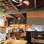 カフェ・クヌート - お洒落なお店には、お洒落な店員さん。そしてラーメン屋帰りの私。