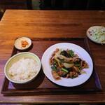 中国茶房8 - 豚肉とニンニクの芽炒め定食、649円+税。