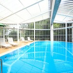 レストラン ラ・フォンテーヌ - テラスの隣にある夏季限定のプール