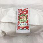 ミネヤキッチンラボ - 紙に包まれたキューバサンドとトマトケチャップ
