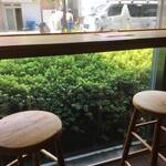 ミネヤキッチンラボ - 窓際のカウンター席