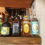 ミネヤキッチンラボ - キッチン側カウンター席の前方に並ぶ酒瓶