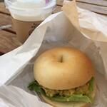 バニトイベーグル - 料理写真:チキンサラダサンド¥420 細かくチョップされたチキンと野菜がマサラ味のソースで和えられています。これは美味しい♪ アイスチャイ¥390と