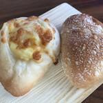 ぱん工房 ぷるみえ - 料理写真:コロコロチーズのフランスパン(180円)&カレーパン(145円)