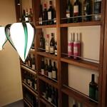 ピッツェリア サン グスト - 階段途中のワイン。