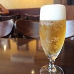 ピッツェリア サン グスト - 生ビール(594円税込)。アサヒです。グラスも冷え冷え。