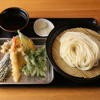 新鮮なブレンド油で揚げる旬の天ぷらや、各種一品料理も人気!