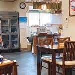 橋本食堂 - 店内はお土産もあります。