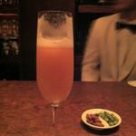 バー オスカー - ベリーニ。少し飲んでしまいました。白桃が美味しい初夏に頂きました。