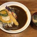 京田村 - 料理写真:カレーライスには天ぷらまで乗ります。しかも味噌汁付き。