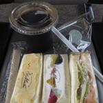カフェ モリタニ - アイスコーヒーとサンドイッチ3つ