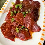 焼肉のまるちゃん - 赤身 追加レバー 赤身はサッとあぶるだけ レバーは臭みなし 食べたことない食感☆