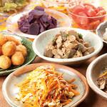 ちゅら屋 - ランチタイム 全てのお食事に惣菜、サラダの食べ放題がついてきます!!