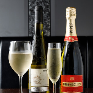 牡蠣料理との相性を考え、厳選した日本酒・ワインをご用意。