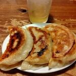 麺 酒 やまの - 巨大な餃子 デカイ 山クラゲ歯応え最高