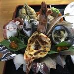 134353635 - 具たっぷり海鮮丼