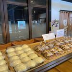 小西のパン - 料理写真:看板商品の焼き立て黒豆パンとメロンパンがズラリ♡