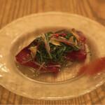 香味野菜を効かせた戻りガツオのカルパッチョ