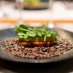 レストラン アロム - フォアグラのフィナンシェ、フォアグラの脂で フォアグラのテリーヌ、 枝豆、 枝豆のスプラウト、 枝豆のパウダー