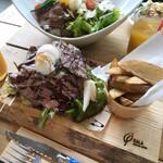 奈良食堂 - お肉とお野菜たっぷりのローストビーフのオープンサンド☆ 奥はお連れさんのローストビーフ丼です! どちらも食べ応えあり、お腹いっぱい。