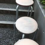 ウチョウテン - 外待ち椅子