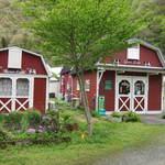 グリーンフィールド西城 - 山小屋風の赤い建物