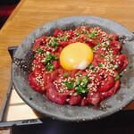 名古屋 名駅 肉寿司 - 量り売りユッケ。下にはドライアイスが入れてあるのでいつまでも冷たくておいしい。
