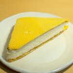 北原製パン - ウエハースパン(セール¥108)。山吹色のウエハース2枚で、カステラパン生地を挟んだレトロな一品