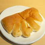 北原製パン - クリームパン(セール¥108)。焼いた際に空洞ができないよう、空気抜きのためグローブ型になった経緯がある