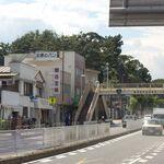北原製パン - 歩道橋の脇に「北原のパン」を発見。奥にはこんもり和田山の緑、これが横浜市との境界にあたる