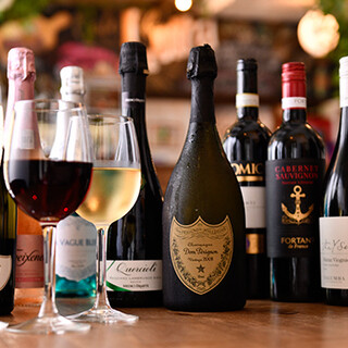 豊富なワインや世界のビールなど、ドリンクは100種類以上!
