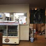 よしのや食堂 - 店内。年季の入った冷蔵庫