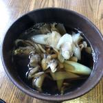 そば処 角弥 - 舞茸汁も、蕎麦の爆量に対する打開策とはなり得ませんでした。焼石。