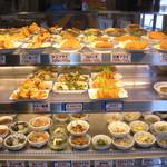 今福食堂 - 料理は自分で食べたいのを選びます。