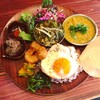 ミカンバコ - 料理写真:ぜんぶのせカレー❣️豚タンの薄切りカレーほうれん草に、ちりめんとムング豆のカレー♫