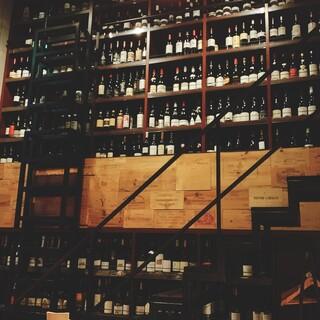壁一面のワインに気分も高まる。期待を裏切らない、厳選ワイン。